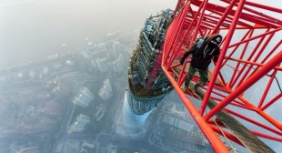 Daredevils take captivating pictures from top of Shanghai Tower